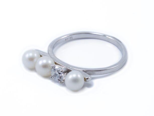 Köves és gyöngyös fehérarany gyűrű