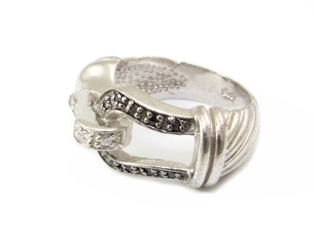 Fekete és fehér köves csatos női ezüst gyűrű