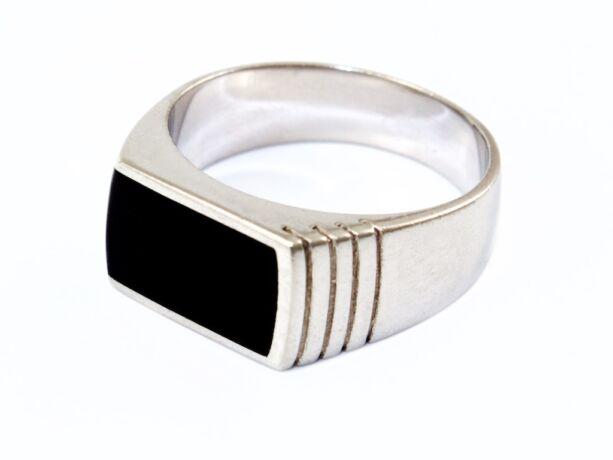 Fekete betétes, vésett mintájú ezüst pecsétgyűrű